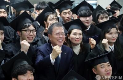[사진]유한대 졸업식 참석한 문대통령