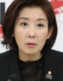 [사진 ]천안함 추모 배지 거꾸로 단 나경원