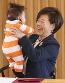 [사진] '아이를 번쩍' 밝은 표정의 진선미 장관