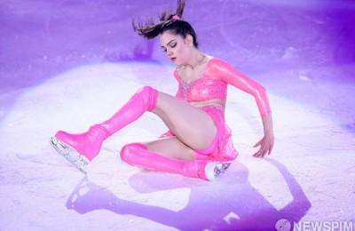 [사진] 메드베데바 '빙판 위에 누운 핑크 요정'