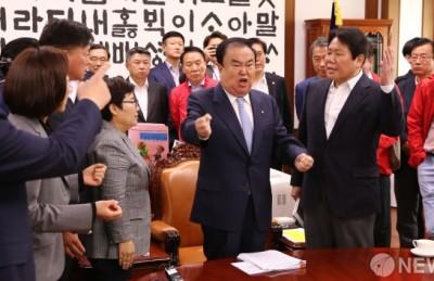 [사진] 한국당 점거에 뿔난 문희상 국회의장