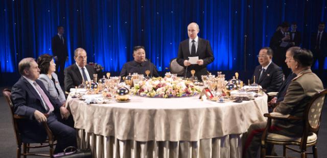 [사진] 정상회담 후 공식 만찬 참석한 김정은과 푸틴