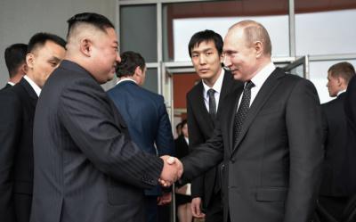[사진] 악수 나누는 김정은과 푸틴