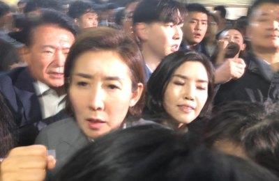 [영상] 홍영표, 나경원 회동 요청 문전박대...한국당·민주당 2차 육탄전 치러