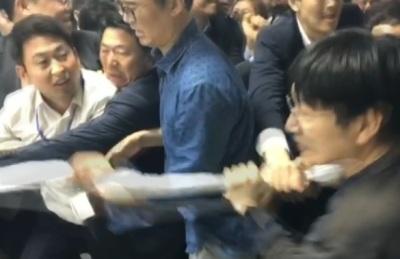 [1보] 오전 1시 30분, 민주당 의안과 진입 시도..한국당과 몸싸움 시작