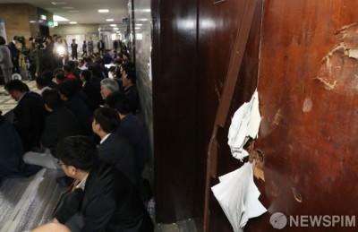 [사진] 부서진 국회 의안과 문