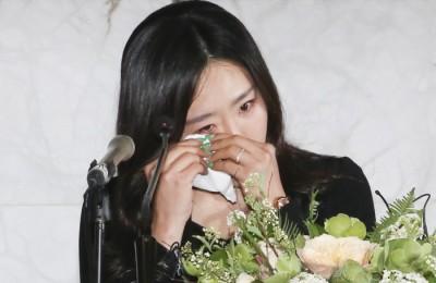 [사진] 은퇴식서 눈물 닦아보는 이상화 선수