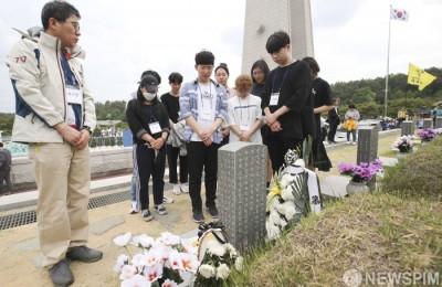 [사진] '5·18민주화운동' 묵념하는 추모객들