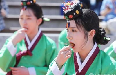 [사진] 전통성년례 다식 먹는 성년자