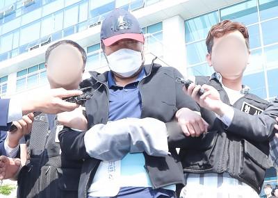 [사진] 눈 감은채 나오는 '아내 폭행살해' 유승현 전 김포시의장