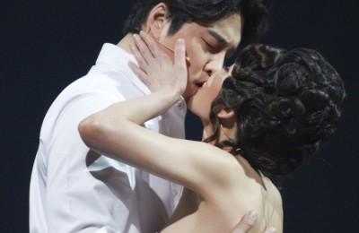 [사진] 민우혁-윤공주 '뜨거운 키스'
