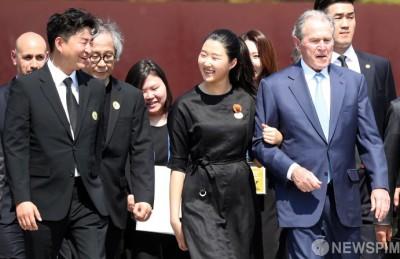 [사진] 노무현 전 대통령 손녀와 함께 이동하는 조지 W. 부시 전 미국 대통령