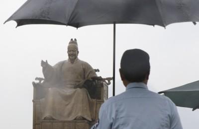 """[사진] """"세종대왕님, 우산 같이 쓰시지요"""""""