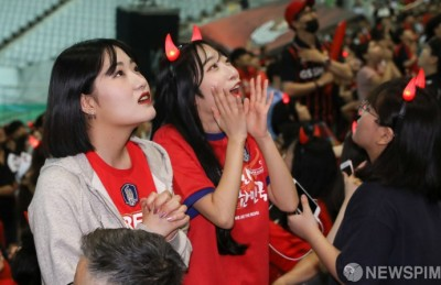 [사진] '간절한 마음' 경기 중계보는 축구팬들