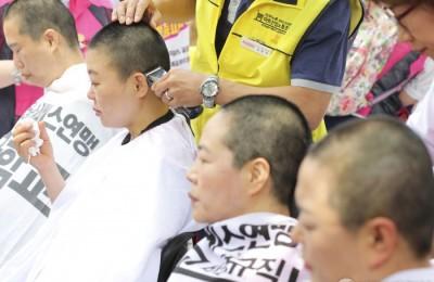[사진] 학교비정규직 노동자 100인 집단삭발식