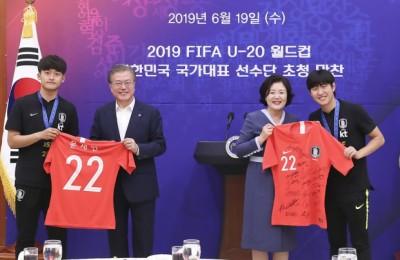 [사진]  U-20 월드컵 축구대표팀 유니폼 선물 받는 문대통령 내외