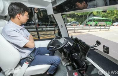[사진] '양손 놓고 운전하는 5G 자율주행 버스'