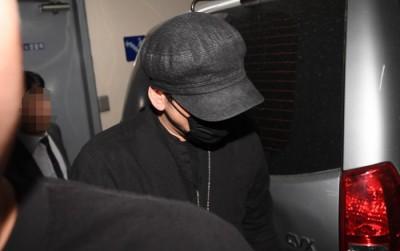 [사진] 마스크로 얼굴 가리고 경찰청 나서는 양현석 전 대표