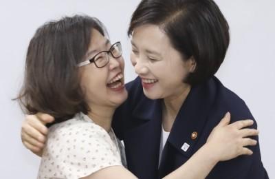 [사진] 포옹하는 교육부 대표와 교사노조 대표