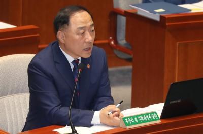 """홍남기 """"경제 하방위험 커졌다…가용 정책수단 총동원"""""""