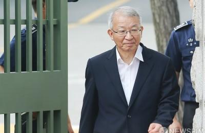 [사진] 보석으로 서울구치소 나서는 양승태 전 대법원장