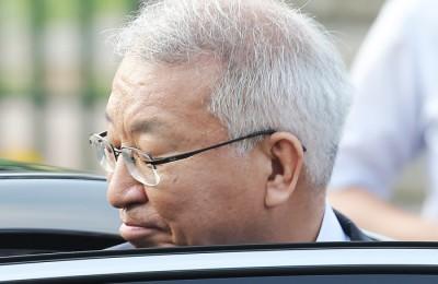 [사진] 차에 오르는 양승태 '알 수 없는 표정'