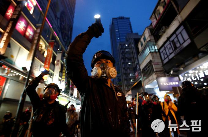 다시 격화된 홍콩 송환법 반대 시위...첫 물대포 등장에 경고 실탄사격까지