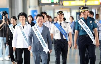 [추석민생대책] 박승원 광명시장, KTX 광명역에서 귀성길 시민들 배웅