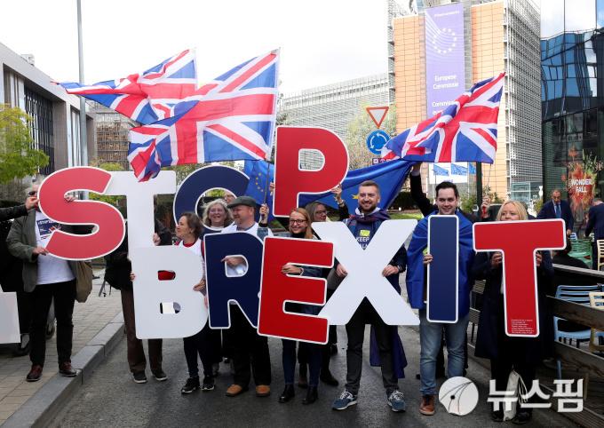 [사진] EU 정상들에 '브렉시트 멈춰라' 시위