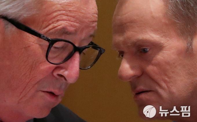 [사진] 귓속말 나누는 EU 융커와 투스크