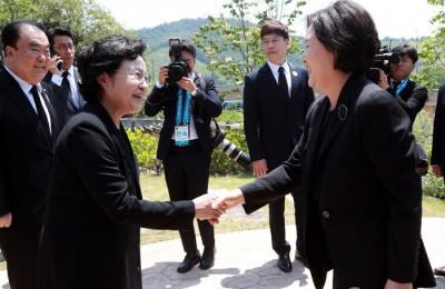 '盧 못 다 이룬 꿈' 공수처법 통과…권양숙, 봉하마을 찾은 與 격려