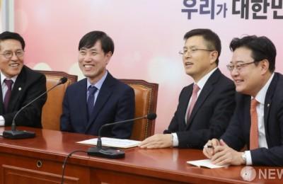 [갈길 바쁜 보수통합] ②웃으며 악수했지만 '속내' 다른 한국당·새보수당