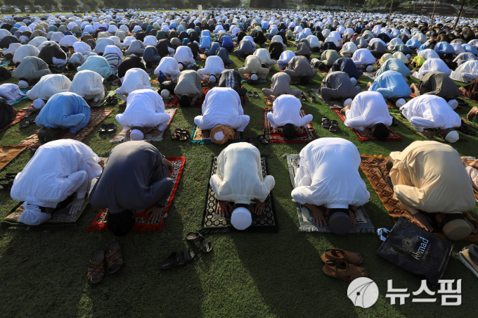 [사진] '이드 알피트르' 예배 드리는 파키스탄 회교도들