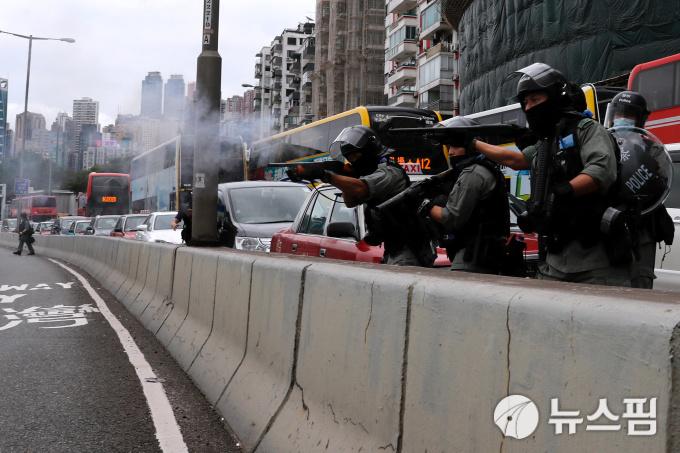홍콩 시민 수천명, 中 '홍콩 보안법' 반대 시위…경찰 최루탄 강경 대응