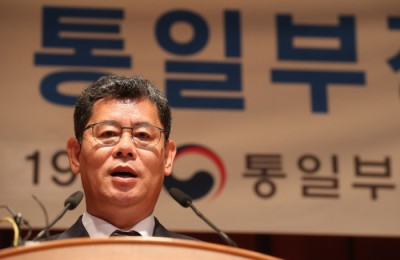 정부, 김정은 '남녘 동포' 발언에 신중론...김연철