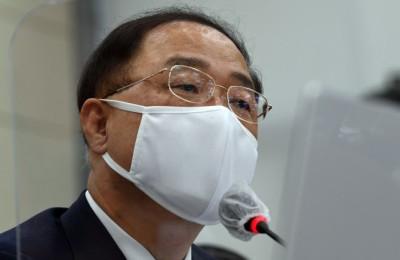 홍남기 '사의 표명' 여진…靑 게시판서