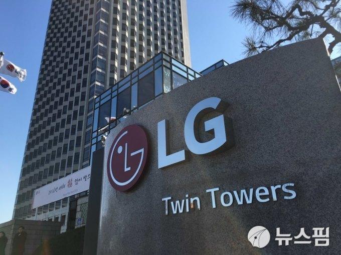 LG 트윈 타워 거리 청소부 전원이 인근 건물에서 작업
