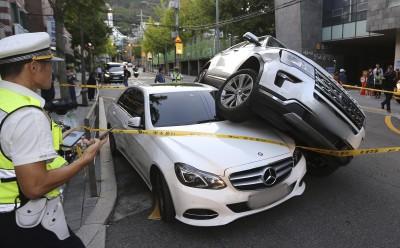 급발진 추정 사고로 뒤엉킨 차량들