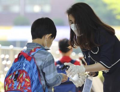 '방역 철저' 1, 2학년 초등학생 첫 등교