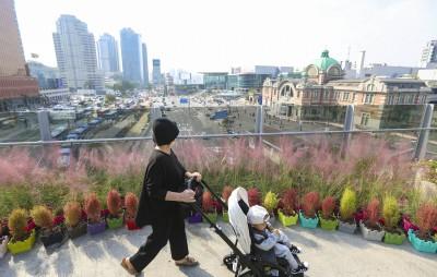 '서울역 물들인 가을 꽃길'