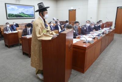 '갓 쓰고 짚신 신고' 국정감사 출석한 참고인