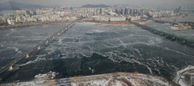 북극발 한파에 얼어붙은 한강