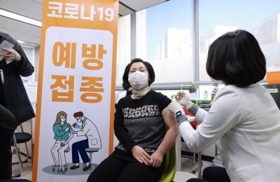 국내 첫 코로나19 백신접종 시작