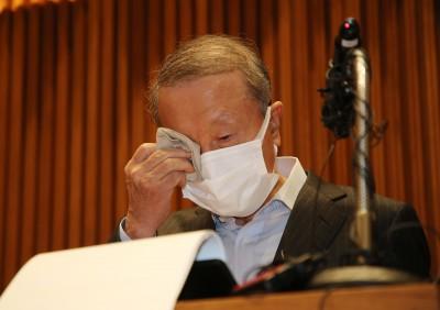 눈물 훔치는 홍원식 남양유업 회장