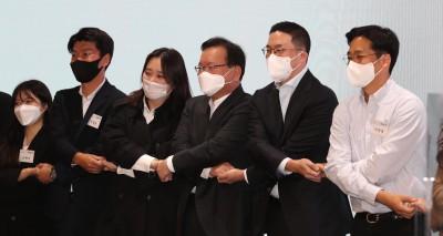 청년들과 손잡은 김부겸 총리와 구광모 LG 회장