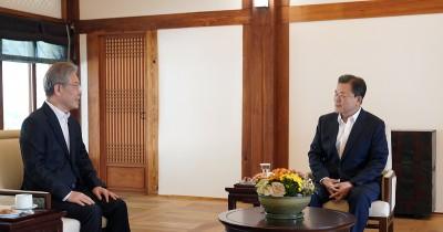 이재명 더불어민주당 대선후보 만난 문재인 대통령